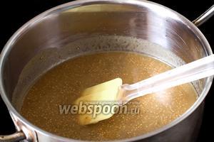 Перекладываем горчичную массу в кастрюлю, добавляем горчицу в зёрнах и на маленьком огне, постоянно помешивая, нагреваем, пока масса не загустеет.