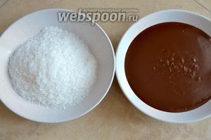 Готовый соус перелейте в широкую тарелку и дайте немного остыть. Отдельно подготовьте тарелку с кокосовой стружкой.