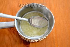 Тем временем, в небольшом ковшике растопите сливочное масло, добавьте к нему 3 ст. л. кипятка, а затем влейте всё в яичную смесь, не прекращая взбивать.