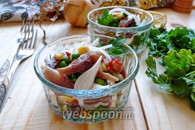 Фото Салат-закуска из копчёной сельди, горошка и кукурузы