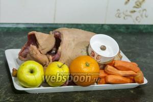 Подготовим всё необходимое для для жаркого из гуся: гусиную тушку целую, яблоки, морковь, апельсин, мускатный орех, соль.
