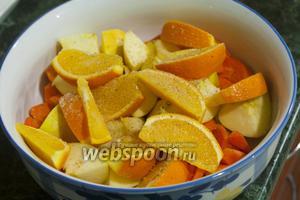 Смешаем начинку для гуся: морковь, апельсины, яблоки.