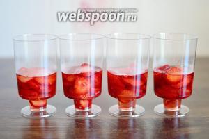 Заливаем клубнику сиропом так, чтобы только покрыть ягоды, и убираем в холодильник буквально на 3-4 минуты.