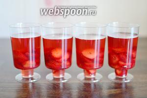 Разливаем оставшийся сироп поверх ягод, вся клубника осталась на дне стаканчиков и не всплыла на поверхность. Убираем клубничное желе в холодильник для застывания на 20 минут. Клубничное желе подаём в порционных стаканчиках, украсив веточками мяты или мелисы.