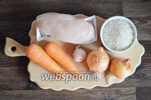 Для приготовления ризотто с курицей подготовим рис, филе, лук, морковь, чеснок, приправы и соль.