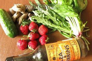 Зелень: шпинат, руккола. Можно добавить горчицу (до приготовления салата не дожила), клубника, огурцы и отварная печень (печень с сердечками), соус вустерский (или соевый соус).