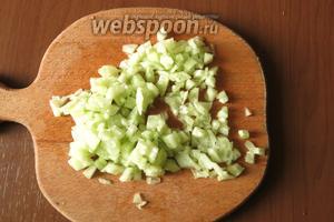 Огурцы без кожицы нарезаем мелко. В салате небольшие огурчики, в крупных вынимаем семена.