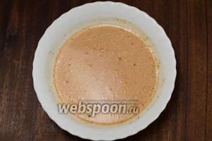 Смешиваем кетчуп со сметаной, разводим водой, солим, кладём немного сахара, который сделает вкус соуса ярче, можно добавить любимые специи, я, например, люблю в такой соус добавлять хмели-сунели. Если хотите сделать чистый томатный соус, то вместо сметаны нужно положить такое же количество кетчупа. Также можно использовать томатную пасту.