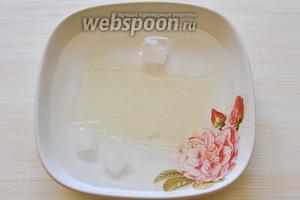 Листочки желатина замачиваем в очень холодной воде минут 10.