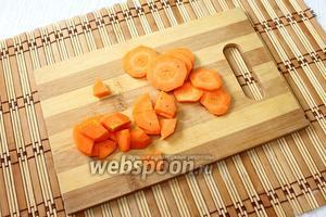 Очищенную морковь мелко нарезаем или трём на крупной тёрке.