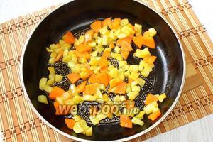 Разогреваем на сковороде масло и обжариваем до готовности цукини с морковью.