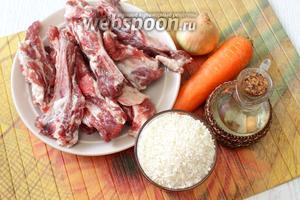 Для приготовления плова нам понадобятся свиные рёбрышки, рис, вода, морковь, масло растительное, лук репчатый, специи и соль.