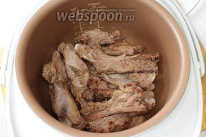 Рёбрышки промываем, обжариваем на масле в режиме «Жарка» в течение 20 минут, периодически перемешиваем.