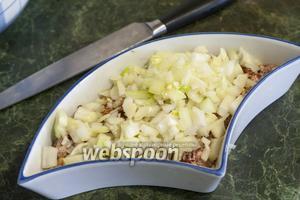 Смешаем его с бараньим фаршем, добавив соль и перец.