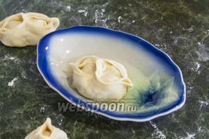 Смазываем дно и бока каждого, окуная в тарелочку с растительным маслом.