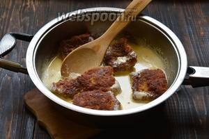 Залить рыбу сметаной и довести до кипения. Сразу сковороду снять с огня.