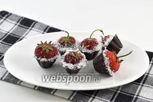 Клубника в шоколаде готова к подаче. Держите десерт до подачи в холодильнике.