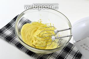 Масло взбить в пышную массу.