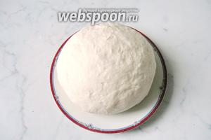 А затем замешиваем мягкое эластичное тесто на столе.