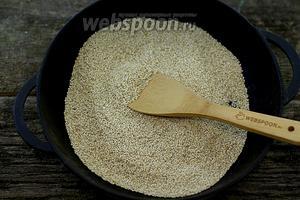 Обжарьте семена кунжута на сухой сковороде до лёгкого золотистого цвета, на небольшом огне.