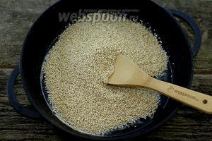В жидкий мёд добавьте обжаренные семена кунжута. Перемешайте. Отправьте на небольшой огонь. Обжарьте, примерно, 7-10 минут. Постоянно мешайте лопаткой.