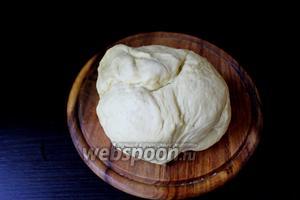 Вынуть наше готовое тесто и хорошо его обмять.