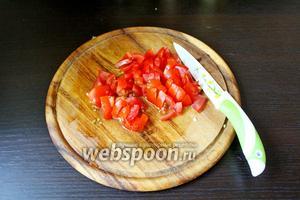 Свежий помидор нарезать на небольшой кубик.