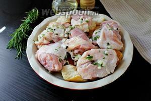 Поверх выложить курицу и залить маринадом, в котором мариновалась курица. Запекаем при 190°С 20 минут.