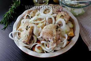 По истечении времени, вынуть форму с курицей и хлебом, распределить кольца лука поверх и под курицу, и выпекать ещё при 180°С 20-25 минут.