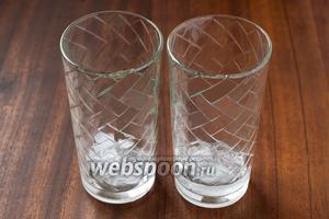 На дно стаканов кладём колотый лёд.