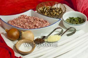 Подготовим бараний фарш, репчатый лук, грецкие орехи, сухой базилик, соль, сухую аджику, панировочные сухари, чтобы приготовить кебаб, который будет подаваться с вкусным салатом.