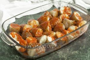 Зальём куски отварного картофеля пряным томатным соусом (сацебели).