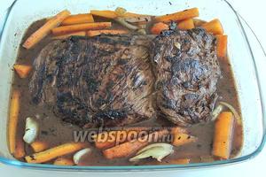 В жаростойкую посуду кладём мясо и заливаем соусом с морковью. Закрываем крышкой, я использовала фольгу, и томим в заранее разогретой духовке (180°С) около 2-2,5 часа, в зависимости от качества мяса.