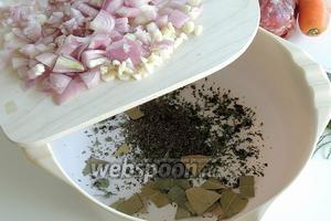 Смешиваем в миске тимьян, лавровый лист, орегано и оливковую траву, добавим нарезанный лук и зубки чеснока.