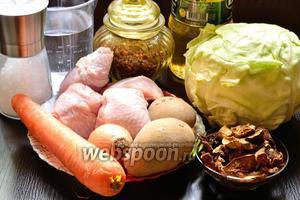 Подготовим все необходимые продукты: курица (любая часть, у меня 4 голени), сушёные лесные грибы, капуста, репчатый лук, морковь, картофель, специи, масло сливочное и подсолнечное.