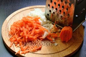 Лук мелко нарезать, а морковь натереть на крупной тёрке.