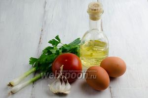 Чтобы приготовить яичницу, нужно взять яйца (желательно, домашних кур), помидоры, чеснок, масло подсолнечное, зелёный лук, соль, перец.
