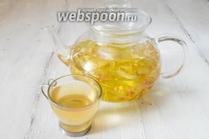 Липовый чай из соцветий готов. Подавать чай перед обедом, на перекус. Добавлять в чай сахар не рекомендуется, поскольку в нём уже содержится природный сахар. Можно пить с мёдом. Этот чай получается более насыщенного цвета. Чем дольше настаивать напиток, тем краснее он становится. Из недопитого чая можно сделать кубики льда, затем протирать им лицо и шею.