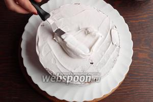 Покрыть со всех сторон торт.