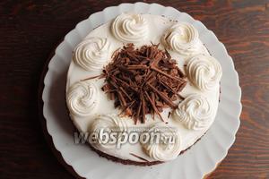 Отсадить розетки по периметру тортика. Острым ножом снять с шоколада стружку, остальной измельчить в крошку с помощью комбайна или тёрки. Стружку выложить в середину, крошкой обсыпать бока.