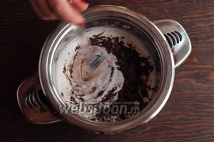 Крем. Сливки довести до кипения с ванильным сахаром (для сладкоежек, можно добавить 1 ст. л. сахара), не кипятить! Добавить измельчённый шоколад. Размешать до блеска и однородности.