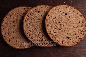 Бисквит разрезать на 3 коржа, каждый щедро пропитать вишнёвым сиропом (примерно 5-6 ложек на корж).