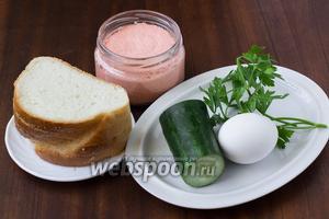 Для приготовления бутербродов нам понадобится белый хлеб, икра мойвы с копчёным лососем, яйца, огурец, петрушка, майонез.