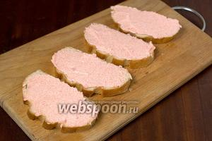 Тонкие ломтики белого хлеба намазываем икрой мойвы.