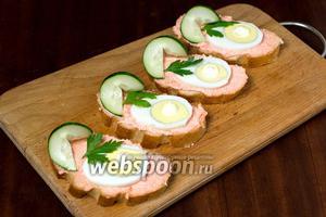 Украшаем бутерброды листиками петрушки и точками майонеза на желтке яиц. Подаём сразу же после приготовления.