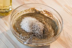 Тщательно перемешиваем и добавляем сахар, соль и перец.
