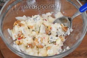 Смешать нарезанный сыр, мякоть груши, грецкие орехи и розовый перец.