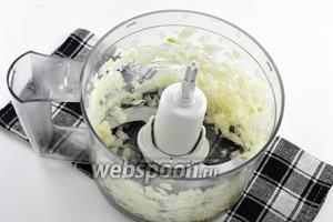 Лук очистить и измельчить в кухонном комбайне (насадка — металлический нож).