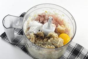 Добавить к луку очищенное от костей и кожи филе хека, отжатый батон, соль, перец, яйцо, муку.