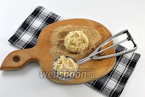 Очень удобно формировать котлеты, набирая фарш с помощью ложки для мороженого. Получаются одинаковые по весу котлеты.